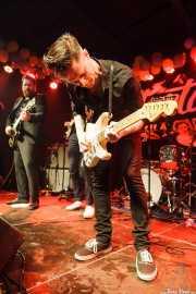 Daniel Kordelius -guitarra-, Vigilante Carlstroem -guitarra- y Johan Svensson -batería- de Howling Pelle & His Loyal Royals, Funtastic Dracula Carnival, Benidorm. 2015