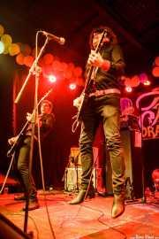 """Evan """"Muck"""" Shore -voz y guitarra- y John Quincy Mire -bajo- de Muck & The Mires, Funtastic Dracula Carnival, Benidorm. 2015"""