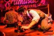 Manuel Pablo McNamara -armónica y percusión- y Tobio Lotto -voz y guitarra- de Les Grys-Grys, Funtastic Dracula Carnival, Benidorm. 2015