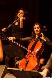 Marina Barredo -violín- y violonchelista de Mike James Kirkland, Kafe Antzokia, Bilbao. 2015