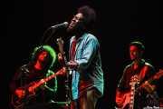 Miles James -guitarra- Michael Kiwanuka -voz y guitarra- y Alex Bonfanti -bajo- (BIME festival, Barakaldo, 2015)