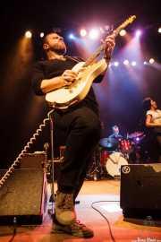 Charles Jones -batería-, Matt Hill -guitarra- y Nikki Hill -voz- de Nikki Hill, Kafe Antzokia, Bilbao. 2015