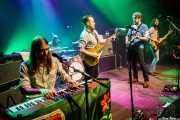 Shamus Currie -teclado y trombón-, Ewan Currie -voz, guitarra, teclados- -batería-, Jimmy Bowskill -guitarra-, Ewan Currie -voz, guitarra, teclados- y Ryan Gullen -bajo- de The Sheepdogs, Kafe Antzokia, Bilbao. 2015