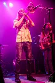 Shamus Currie -teclado y trombón- y Ryan Gullen -bajo- de The Sheepdogs, Kafe Antzokia, Bilbao. 2015