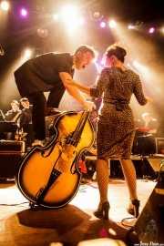Martin Winning -saxo tenor-, Pete Thomas -saxo barítono-, Oliver Baroni -contrabajo y voz-, Emanuela Hutter -voz y guitarra-, Sylvain Petite -batería- y Geraint Watkins -teclado- de The Hillbilly Moon Explosion, Kafe Antzokia, Bilbao. 2015