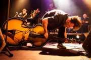 Oliver Baroni -contrabajo y voz-, Martin Winning -saxo tenor-, Pete Thomas -saxo barítono- y Geraint Watkins -teclado- de The Hillbilly Moon Explosion, Kafe Antzokia, Bilbao. 2015