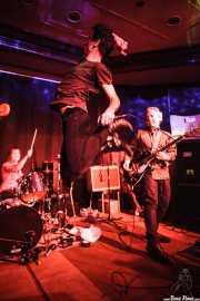 Ilargi Agirre -batería-, Screamin' George -voz- y James Hustler -guitarra- de Screamin' George & The Hustlers de Screamin' George & The Hustlers, Kafe Antzokia, Bilbao. 2015