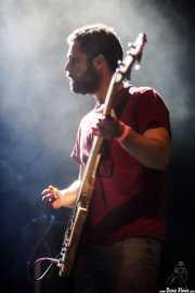 Adrián Albacete, cantante, bajista y guitarrista de Perro, Kafe Antzokia, Bilbao. 2015