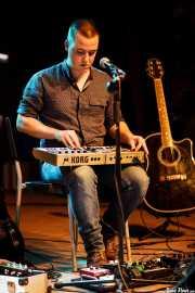 Ander Mujika, guitarrista, teclista y lap steel guitar invitado de Anari (Kafe Antzokia, Bilbao, 2016)