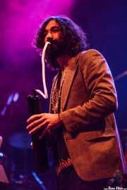 Julián Maeso, cantante, organista y guitarrista, aquí con la melódica (Kafe Antzokia, Bilbao, 2016)