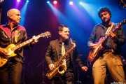 Dan Cabanela -voz y guitarra-, Alain Sancho -saxo invitado- y Juan Gumuzio -guitarra- de Still River (Kafe Antzokia, Bilbao, 2016)