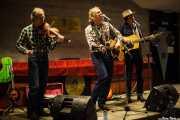 Jim Morrison -violín y banjo-, Alan Tyler -voz, guitarra y armónica- y Patrick Ralla -guitarra y banjo- de The Alan Tyler Show (Colegio de Abogados, Bilbao, 2016)