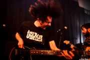 "Daniel Peinado ""Peini"" -bajo- y Luis Armand Villalba -guitarra- de Ukelele Zombies (La Nube Café Teatro, Bilbao, 2016)"