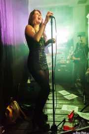 Hayley Red -voz- y Devid Dell'Aiera -bajo- de The Dustaphonics (La Nube Café Teatro, Bilbao, 2016)