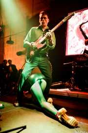 Simon Wild -guitarra-, Tina Swasey -voz y trompeta- y Kieran Ridgers, saxofonista de Oh! Gunquit (Hika Ateneo, Bilbao, 2016)