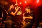 Iván Barrio -guitarra- y Fernando Ulzión -saxo- de La Hora del Primate (Kafe Antzokia, Bilbao, 2016)
