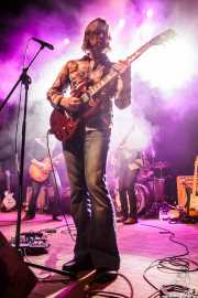 Eric Saylors -guitarra-, Jeff Massey -voz y guitarra- y Tod Bowers -bajo- de The Steepwater Band (Kafe Antzokia, Bilbao, 2016)