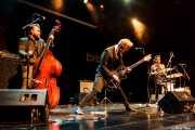 Mark Halligan -contrabajo y voz-, y Andy Halligan -guitarra- y Slim Jim Phantom -batería y voz- de Slim Jim Phantom & Furious (Sala BBK, Bilbao, 2016)