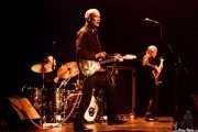 Dylan Howe -batería-, Wilko Johnson -voz y guitarra- y Norman Watt-Roy -bajo- de Wilko Johnson Band (Teatro Victoria Eugenia Antzokia, Donostia / San Sebastián, 2016)