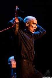 Wilko Johnson -voz y guitarra- y Norman Watt-Roy -bajo- de Wilko Johnson Band (Teatro Victoria Eugenia Antzokia, Donostia / San Sebastián, 2016)