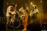 Manu Prieto -contabajo-, Goiatz Dutto -violín y voz- y Joel Bruña -voz y guitarra- de Moonshine Wagon (Social Antzokia, Basauri, 2016)