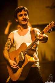 David Ruiz, cantante y guitarrista de La Maravillosa Orquesta del Alcohol (La M.O.D.A.) (Social Antzokia, Basauri, 2016)