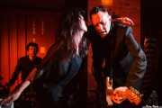 Jay Lien -batería-, Nicole Laurenne -voz y farfisa- y Michael Johnny Walker -guitarrista- de The Love Me Nots (Satélite T, Bilbao, 2016)