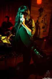 Jay Lien -batería- y Nicole Laurenne -voz y farfisa- de The Love Me Nots (Satélite T, Bilbao, 2016)