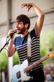 Asier Goikoetxea, cantante y guitarrista de Larry Bird (Plaza Solobarria, Basauri, 2016)