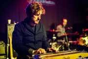 Grant Siemens -guitarra y lap steel guitar- y baterista de Corb Lund and the Hurtin' Albertans (Kafe Antzokia, Bilbao, 2016)