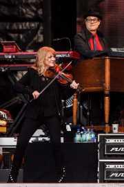 Soozie Tyrell -violín y guitarra- y Charles Giordano -teclados- de Bruce Springsteen and the E Street Band (Estadio de Anoeta, Donostia / San Sebastián, 2016)