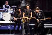 Max Weinberg -batería-, Nils Lofgren -guitarra-, Bruce Springsteen -voz y guitarra- y Steven Van Zandt -guitarra- de Bruce Springsteen and the E Street Band (Estadio de Anoeta, Donostia / San Sebastián, 2016)