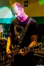 Urtzi Larrazabal, guitarrista de The Ribbons (Sala Play Rock, Bilbao, 2016)