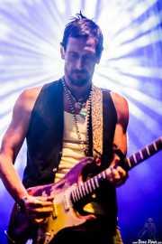 Roberto Luti, guitarrista y dobro de Luke Winslow-King (Azkena Rock Festival, Vitoria-Gasteiz, 2016)