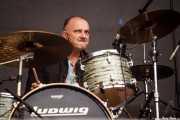 Steve Rushton, baterista de Imelda May (Azkena Rock Festival, Vitoria-Gasteiz, 2016)