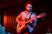 Sergio Alarcón, guitarrista, teclista y percusionista de The Limboos (Satélite T, Bilbao, 2016)