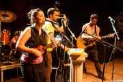 """Xandra de la Vega -voz, ukelele y xilofón-, Adrián López -contrabajo- y Guillermo Santibáñez """"Will"""" -guitarra y voz- de Mud Candies (Kafe Antzokia, Bilbao, 2016)"""