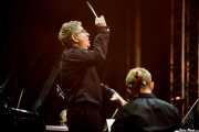 Marco de Prosperis, director de orquesta, dirigiendo a la BOS interpretando Voces de cine (Aste Nagusia - Abandoibarra, Bilbao, 2016)