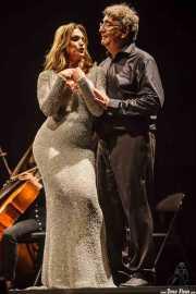 Marco de Prosperis -director- y Ainhoa Arteta -voz soprano- interpretando Voces de cine (Aste Nagusia - Abandoibarra, Bilbao, 2016)