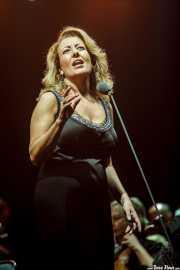 Ainhoa Zubillaga, cantante mezzosoprano, interpretando Voces de cine (Aste Nagusia - Abandoibarra, Bilbao, 2016)