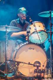 Andrew Warner, baterista de Slim Cessna's Auto Club (Kafe Antzokia, Bilbao, 2016)
