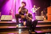 """Slim Cessna's Auto Ian O'Dougherty -contrabajo-, Slim Cessna -voz-, Jay Munly """"Munly Munly"""" -voz, banjo y guitarra- y Lord Dwight Pentacost -guitarra y banjo- de Slim Cessna's Auto Club (Kafe Antzokia, Bilbao, 2016)"""