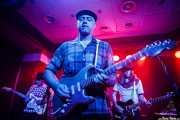 Juan Diego Sanchís -guitarra-, Deke Dickerson -voz y guitarra- y Fernando Pardo -bajo- de Deke Dickerson & The Sex-Phonics (Kafe Antzokia, Bilbao, 2016)