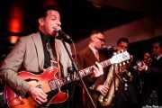 """Simone """"Sugar Daddy"""" Caputo -voz, guitarra y armónica-, Luigi Napolitano -saxo-, Roberto Dibitonto -saxo- y Cosimo Pignataro -trompeta- de Sugar Daddy & The Cereal Killers (Purple Weekend Festival, León, 2016)"""
