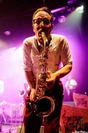 Doc Puky, saxofonista de Ray Collins' Hot Club (Kafe Antzokia, Bilbao, 2017)