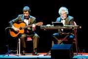 "Horacio Turano ""Tato"" -guitarrista- y Carlos Núñez Cortés -teclista- de Les Luthiers (Palacio Euskaduna Jauregia, Bilbao, 2017)"