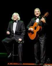 Carlos López Puccio -voz y pandereta- y Jorge Maronna -voz y guitarra- de Les Luthiers, aquí con el banjo (Palacio Euskaduna Jauregia, Bilbao, 2017)