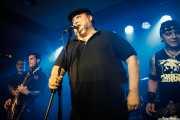 """Carlos Roblecillo -armónica invitado-, Iñaki """"Sixx"""" Fernández -voz y guitarra-, Iñaki Cavan -voz invitado- y Pepe Bombs -bajo- de Turbofuckers (Kafe Antzokia, Bilbao, 2017)"""