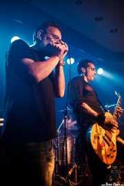"Carlos Roblecillo -armónica invitado- e Iñaki ""Sixx"" Fernández -voz y guitarra- de Turbofuckers (Kafe Antzokia, Bilbao, 2017)"