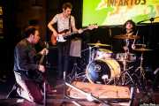 """Federico Falconi """"Fred Cumshot"""" -voz y guitarra-, Matteo Cromo -bajo- y Johnny Psycho -batería- de Los Infartos (Hika Ateneo, Bilbao, 2017)"""